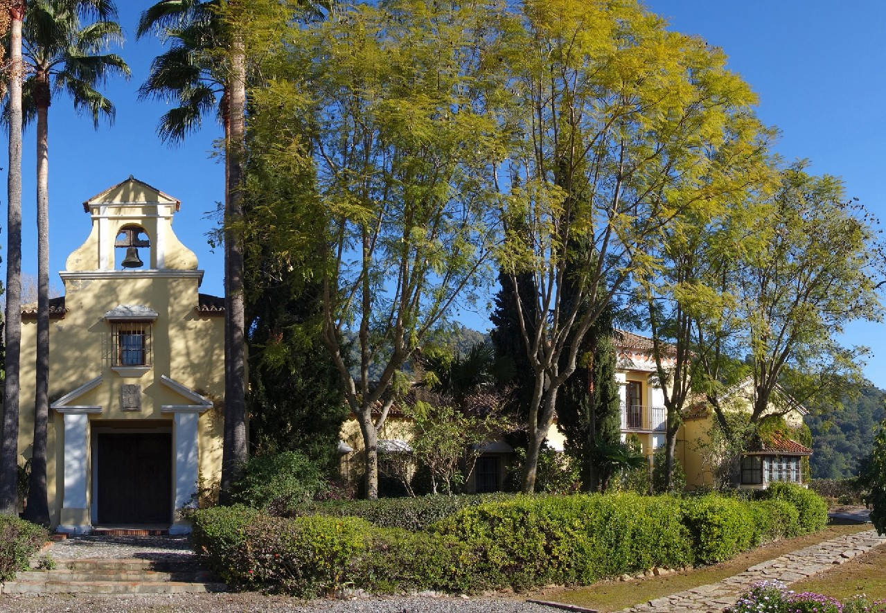 Only 45 minutes by car to Marbella! Unique estate with golf course and chapel near Gaucín