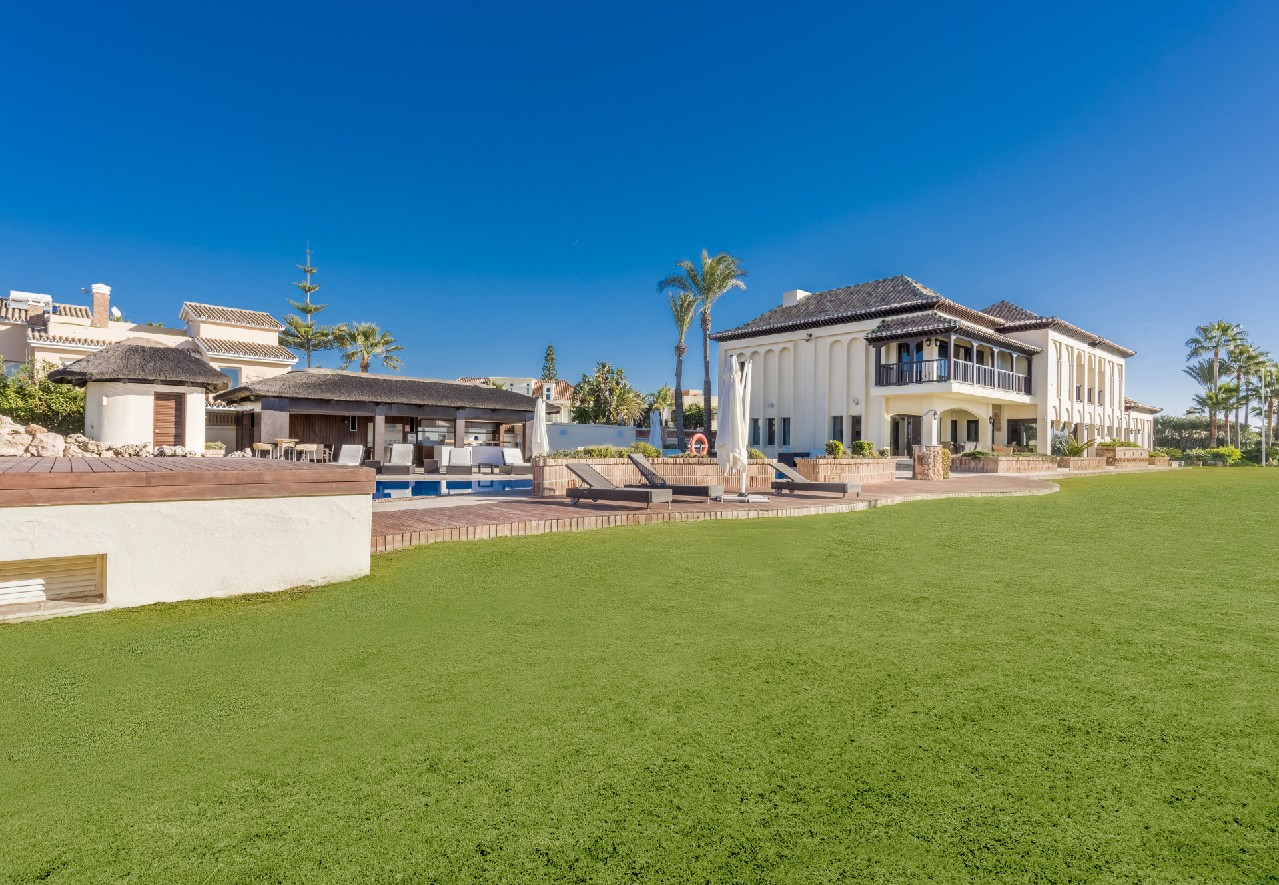 Beachfront villa on extensive grounds in Marbella East